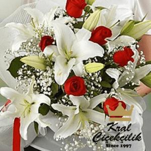 Beyaz lilyum ve gül buketi Mis Kokulu zambak çiçekleri ve aralarında gül goncaları Çiçek Buketi Hemen Sipariş verin