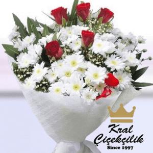Papatya ve kırmızı gülden oluşan şık buket Çiçek Sevgidir.. Papatya ve Güller Aşkınızı İfade Etmenin Kısa Yolu