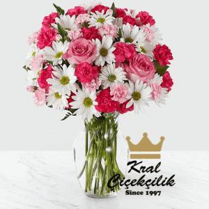 Cam vazo içerisinde ithal pembe gül ve papatyalar *Çiçek Vazosu *İthal Papatya Çiçekleri *Pembe Güller *Kır Çiçekleri